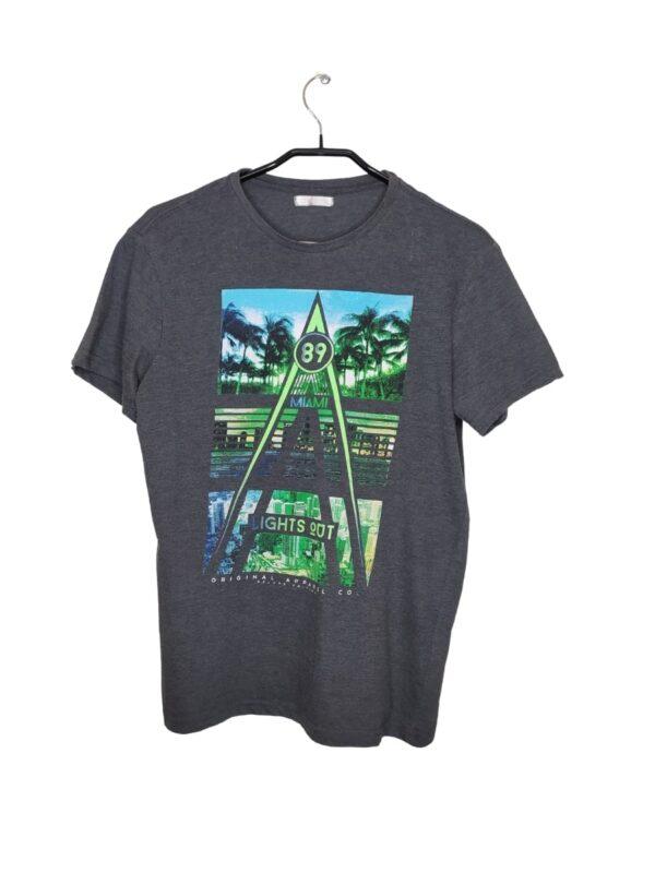 Szara koszulka z zielonym nadrukiem. Widoczne ślady noszenia.