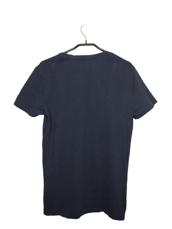Granatowa koszulka z naszytymi literkami. Widoczne lekkie ślady noszenia.