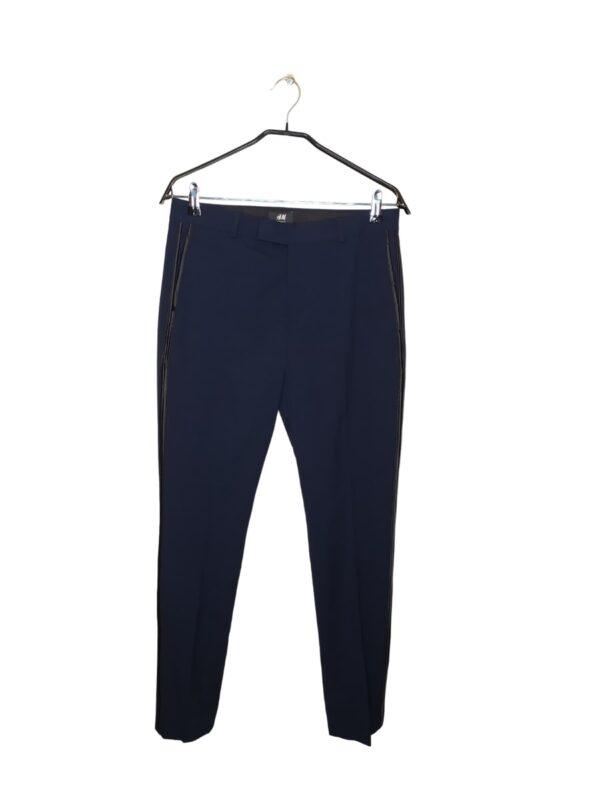 Granatowe spodnie garniturowe z czarnym lampasem. Zapinane od środka. Posiadają dwie kieszenie.