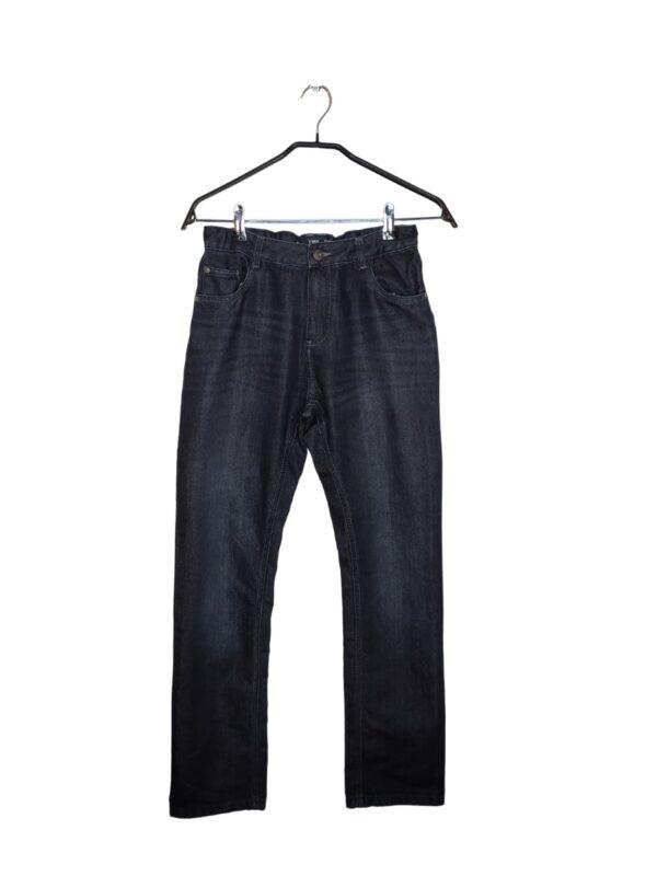 Ciemne, jeansowe spodnie. W środku regulacja na gumkę i guzik.