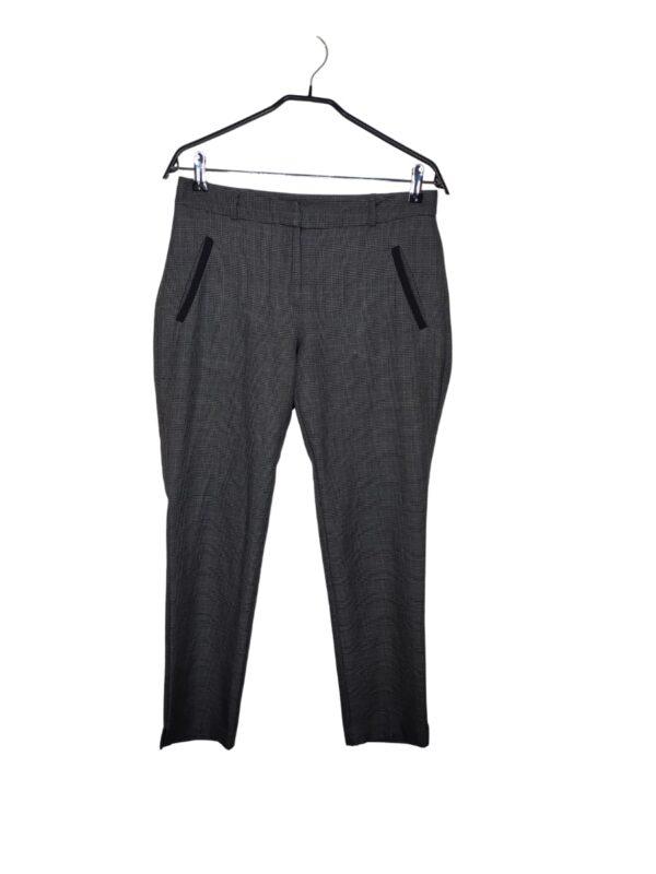 Eleganckie, ciemnoszare spodnie garniturowe w czarna kratkę.