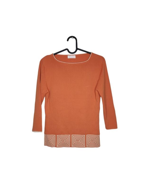 Pomarańczowy sweter z białym wzorem. Rękawy 3/4.