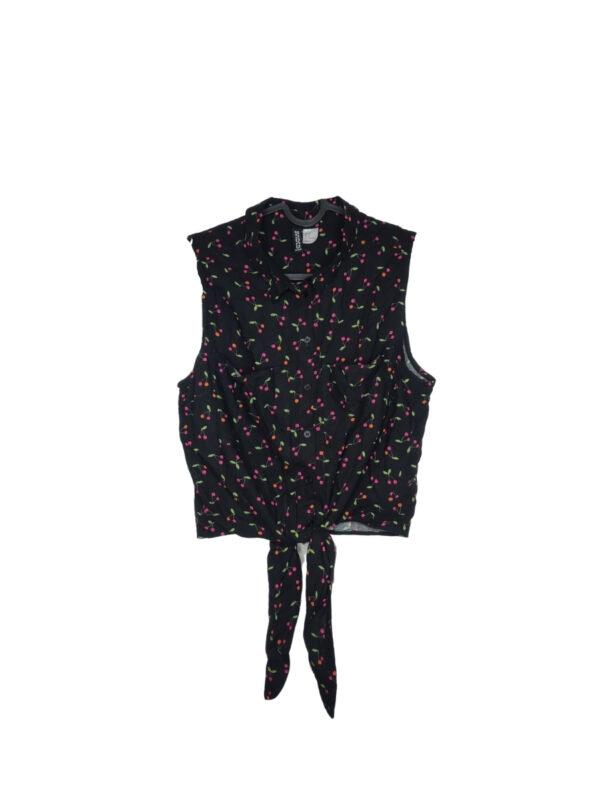 Czarna koszula w wisienki z krótkim rękawkiem. Wiązana w pasie.