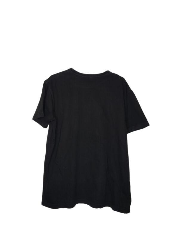 Czarna koszulka z czerwono-białym nadrukiem. Widoczne lekkie ślady noszenia.