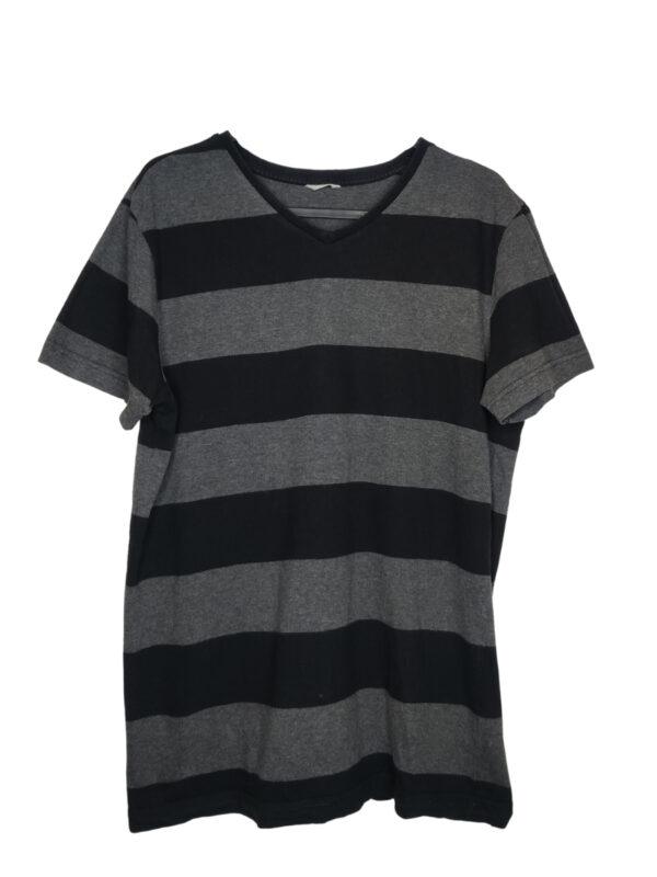 Koszulka w czarne i szare pasy. Widoczne ślady noszenia.