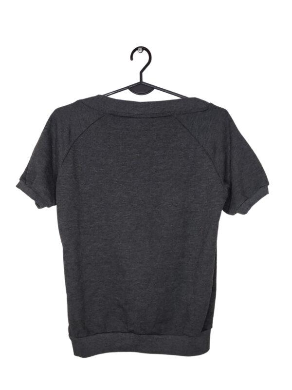 Szara bluza z krótkim rękawem. Napis i logo lekko rozciągnięte.