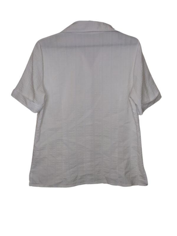 Biała koszula z krótkim rękawkiem. Widoczne ślady noszenia.