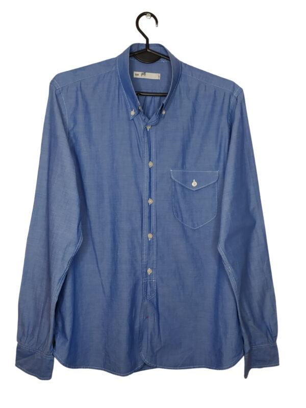 Granatowa koszula z długim rękawem.