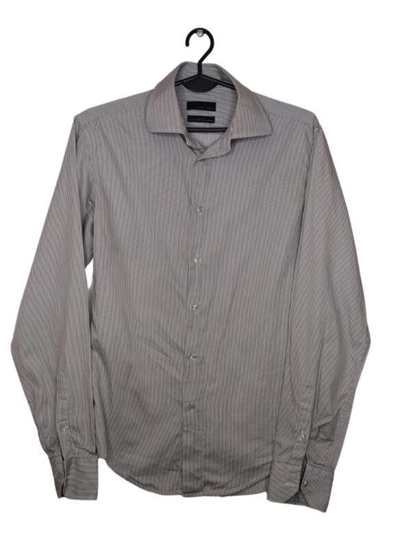 Koszula w paski z długim rękawem.