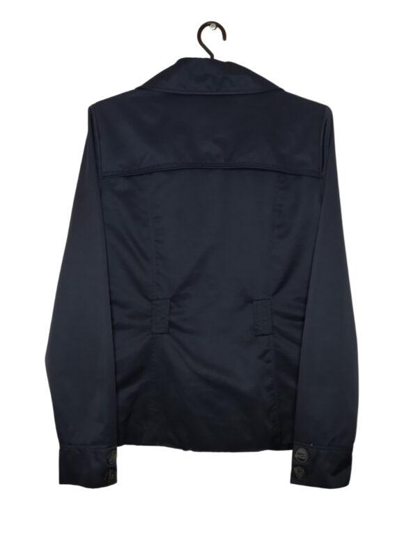 Granatowy płaszcz zapinany na guziki. Śliski materiał.