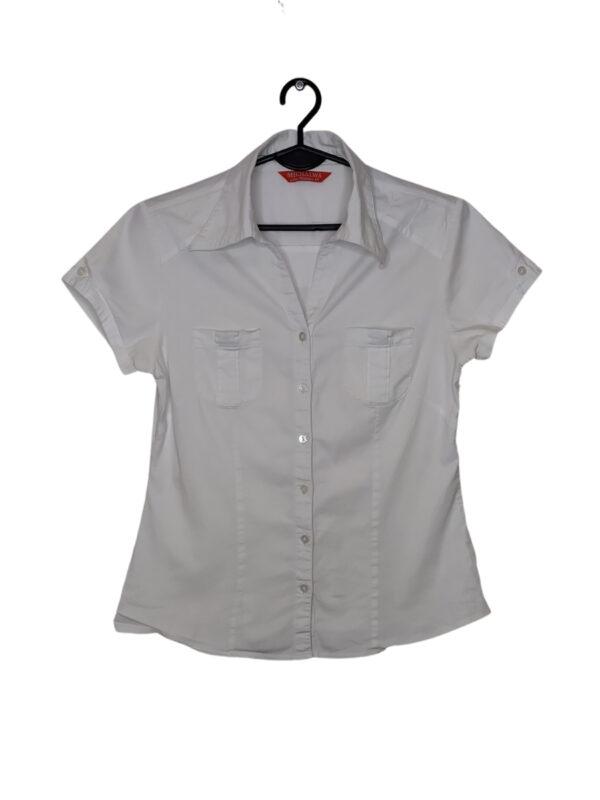 Biała koszula z krótkim rękawem.