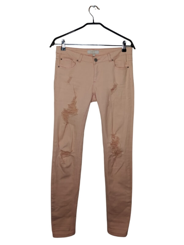 Spodnie łososiowe z przetarciami.