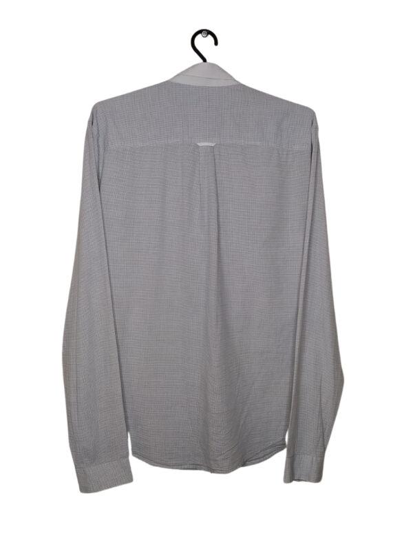 Biała koszula w drobną, granatową kratkę z długim rękawem.