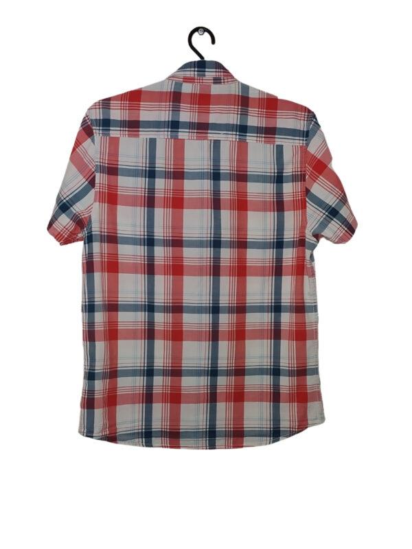 Biała koszula w czerwoną i niebieską kratę.