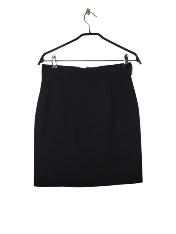 Czarna spódniczka klasyczna. Z przodu ozdobne kółko.