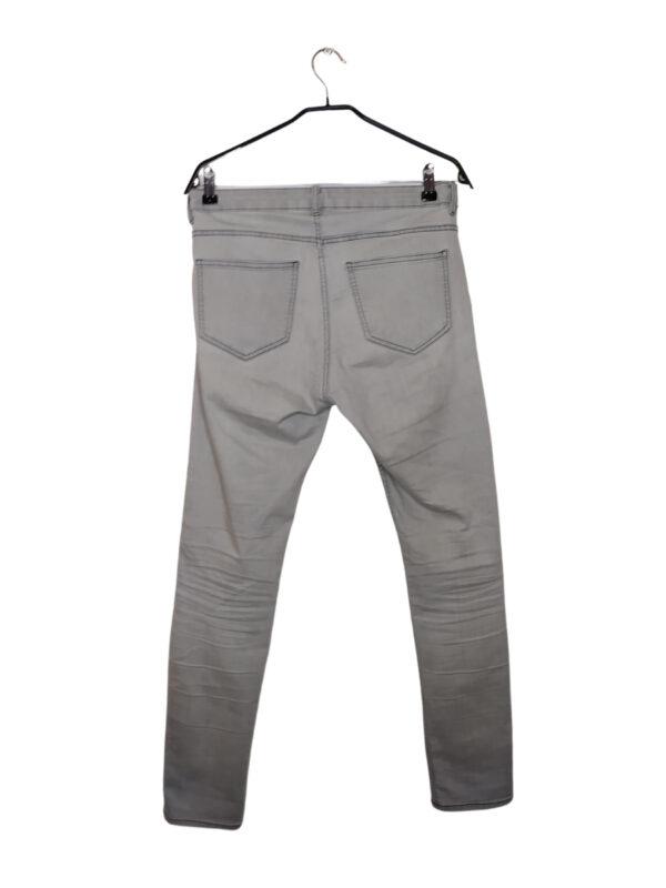 Szare spodnie. Widoczne lekkie plamy i ślady noszenia.