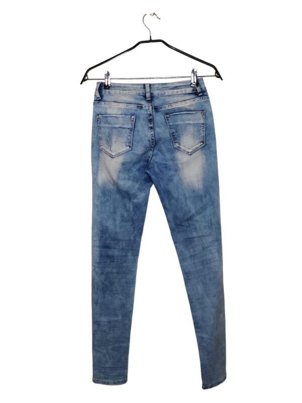 Jasne spodnie z ozdobnymi przetarciami, koralikami i cekinami.
