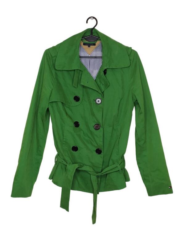 Zielony płaszcz zapinany na guziki. Widoczne plamki i przebarwienia. Brak klamry do paska.