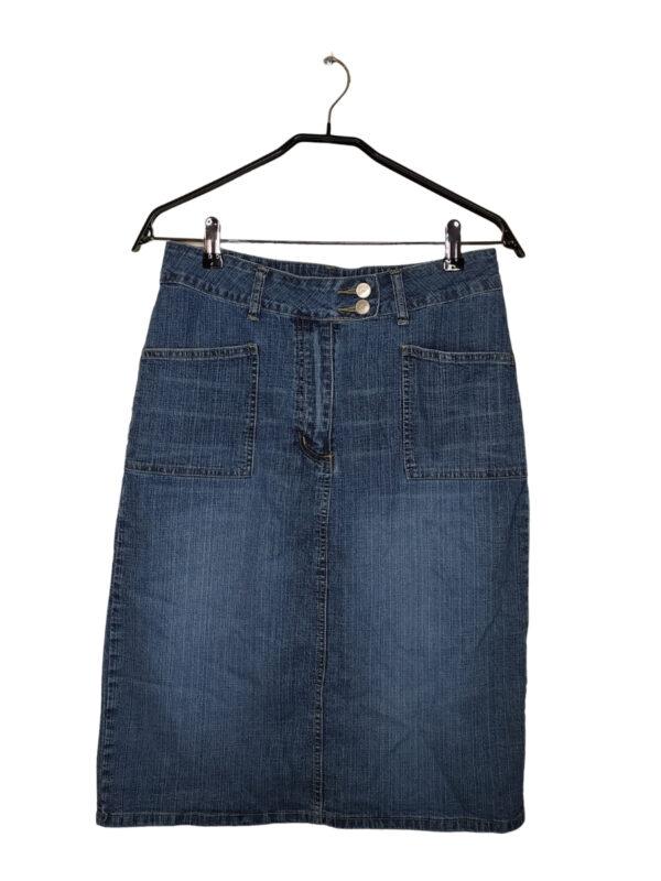 Jeansowa spódnica zapinana na rozporek i dwa guziki. Powiada dwie kieszenie z przodu i z tyłu.