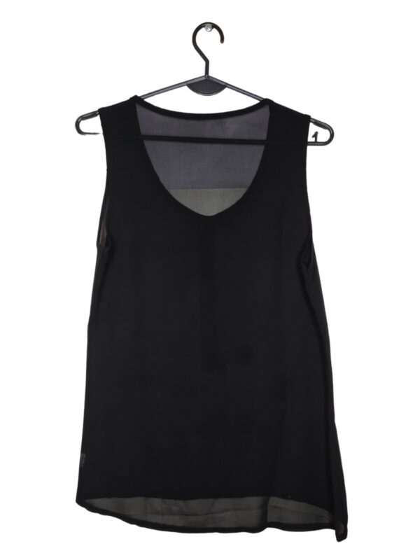 Czarna transperntna bluzka z ozdobnymi ćwiekami i guzikami.