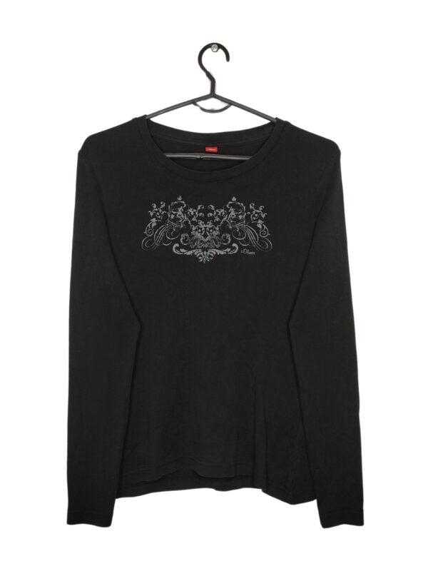 Czarna bluzka z długim rękawem z nadrukiem.