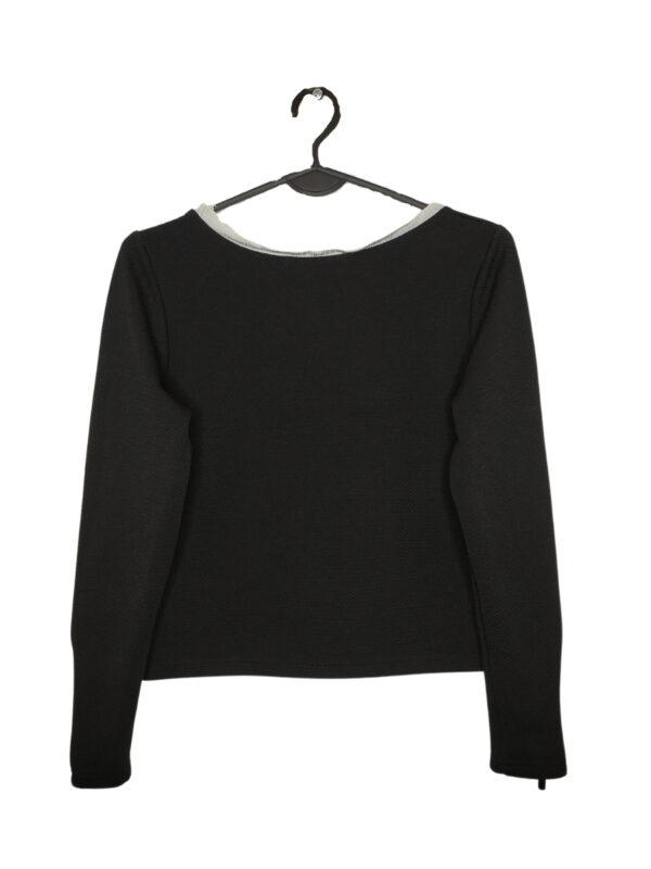 Czarny sweter z odpinanymi na zamek rękawami.