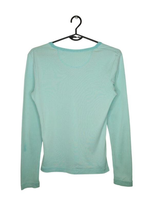 Niebieski sweterek zapinany na guziki. Przy metce posiada zapasowy guzik. W niektórych miejscach znajdują się małe plamki.