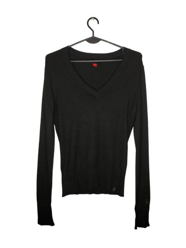 Klasyczny czarny sweter z dekoltem w serek.