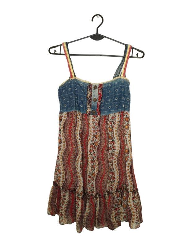 Barwna, przewiewna sukienka w kwiatki. U góry jeansowy element.