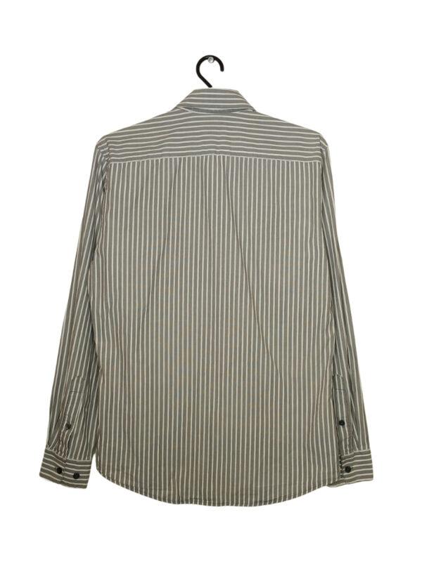 Szara koszula w białe paski z długim rękawem. Przy metce znajduje się dodatkowy guzik.