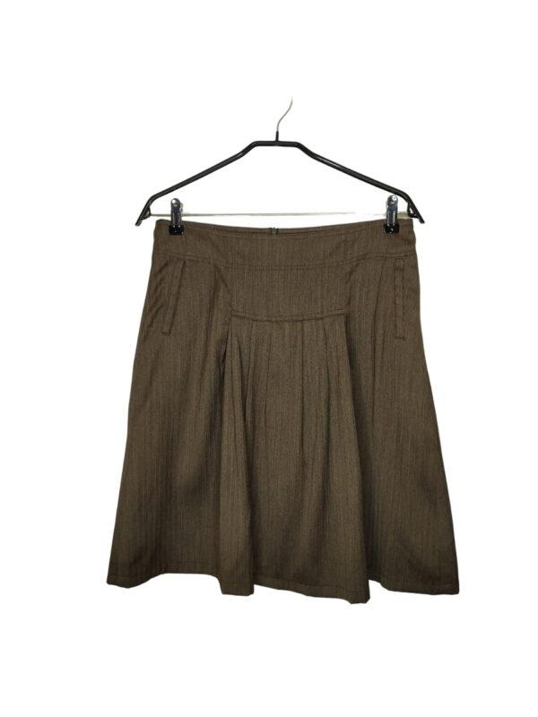 Brązowa plisowana spódniczka. Zapinana na zamek z tyłu. Z przodu dwie kieszonki.