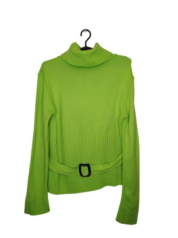 Zielony sweter z golfem z paskiem i ozdobna klamrą.