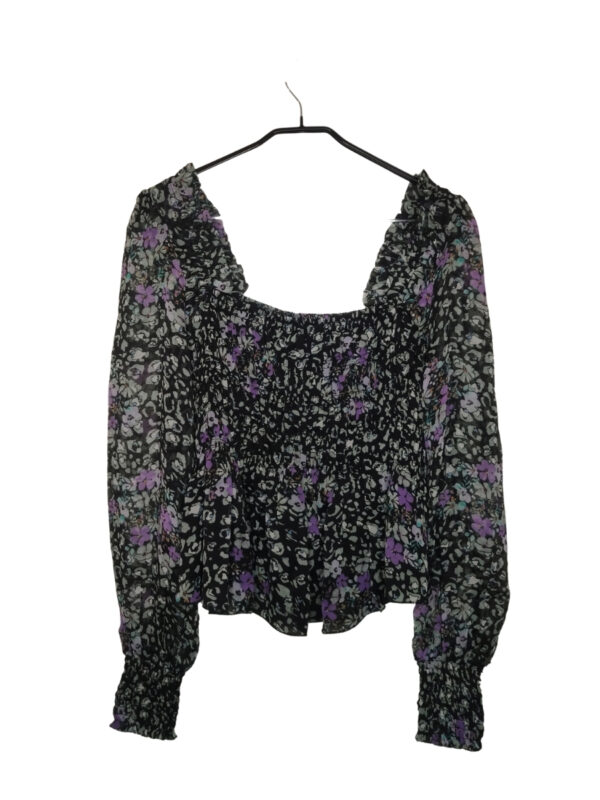 Czarna bluzka w zielone łatki i fioletowe kwiatki. Ściągania w biuście i przy nadgarskach. Bufiaste, transparentne rękawy. Nowa z metką.