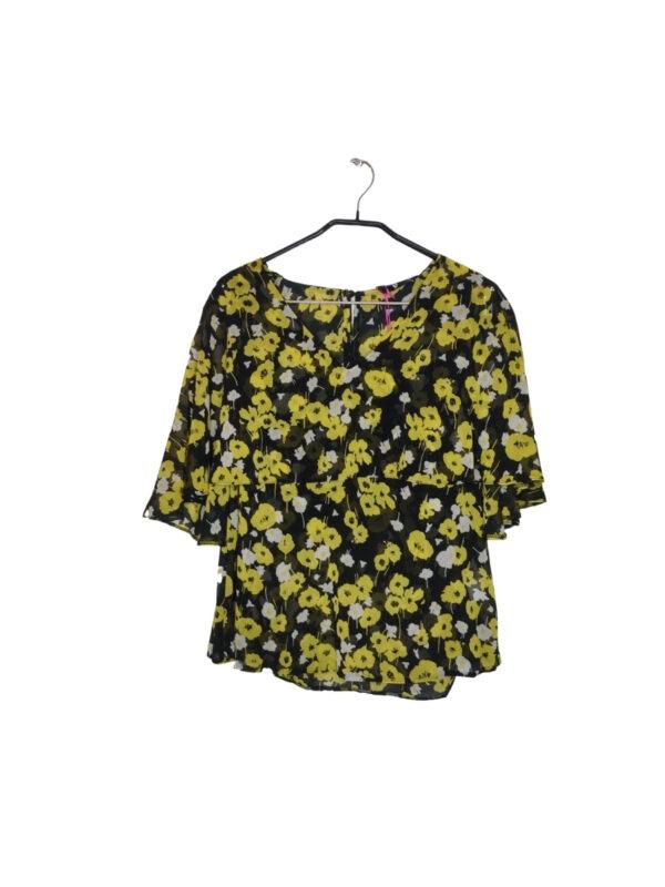 Czarna lekko prześwitująca bluzka na naramkach w żółte i białe kwiaty. Na ramiona spada falbana przy dekolcie. Zapinana na guzik z tyłu. Przy metce zapasowy guzik. Nowa z metką.