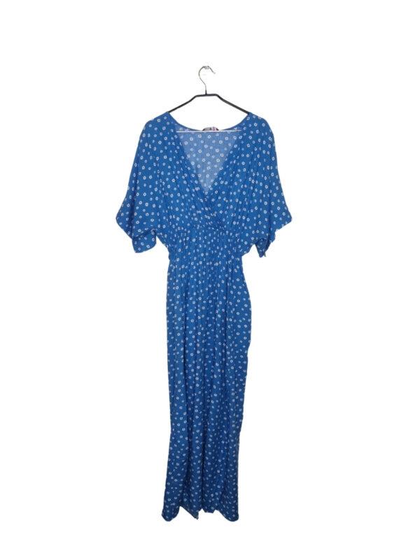 Długa niebieska sukienka w białe kwiatki z krótkim rękawem. Ozdobne rozcięcie przy nodze. Nowa z metką.