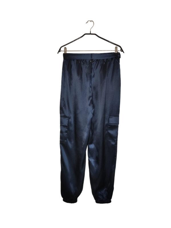 Granatowe metaliczne spodnie wiązane w pasie. Ściągacz w pasie i przy nogawkach. Kieszenie po bokach nogawek i u góry. Nowe z metką.
