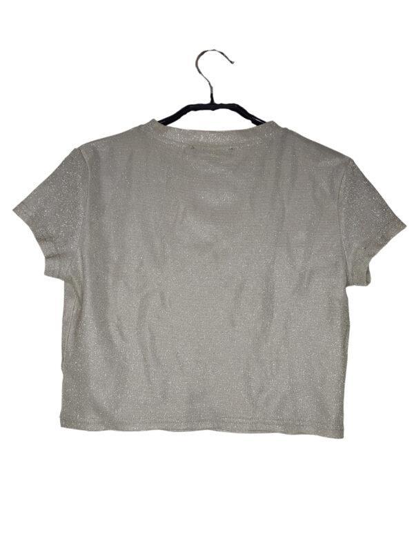 Brokatowa złota bluzka. Przy ramionach ma jasny pasek materiału (prawdopodobnie błąd produkcji).
