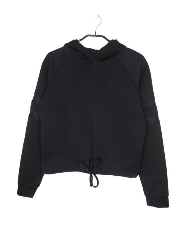 Czarna bluza sportowa z kapturem. Na rękawach dwa siatkowe lampasy.