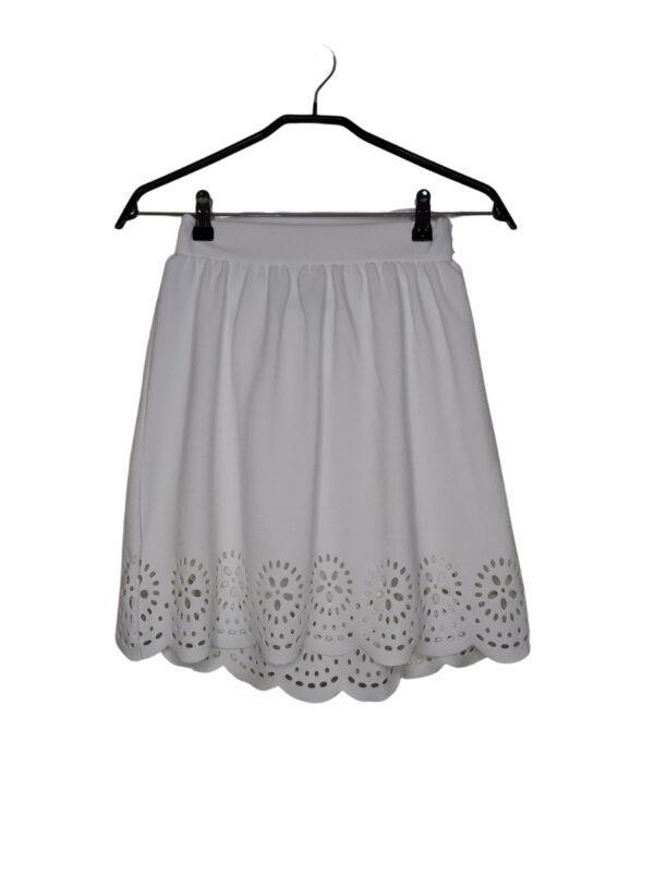Biała spódniczka na gumce. Na dole wycięte kwiatki