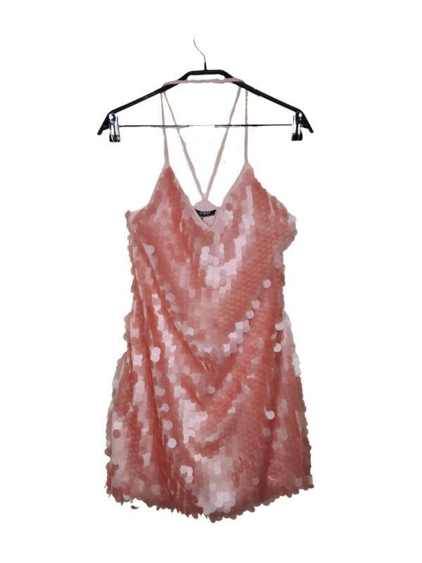 Różowa cekinowa sukienka na naramkach. Z tyłu krzyżowane ramiączka