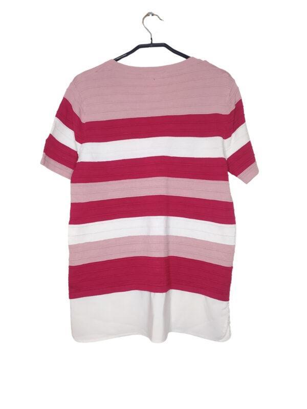 Trzykolorowy prążkowany sweter. Na dole koszulowa podszewka. Mała plama na dole
