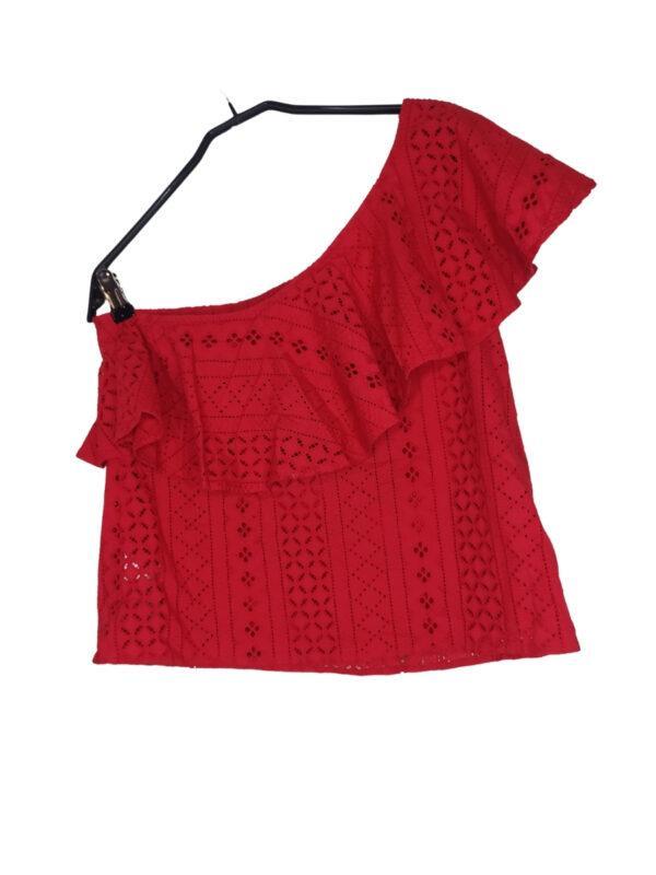 Czerwona bluzka na jedno ramię z wycinanymi wzorami