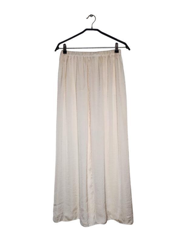 Długa gładka kremowa spódnica. Gumka w pasie. Posiada kieszenie. Materiał ciężki do wyprasowania.