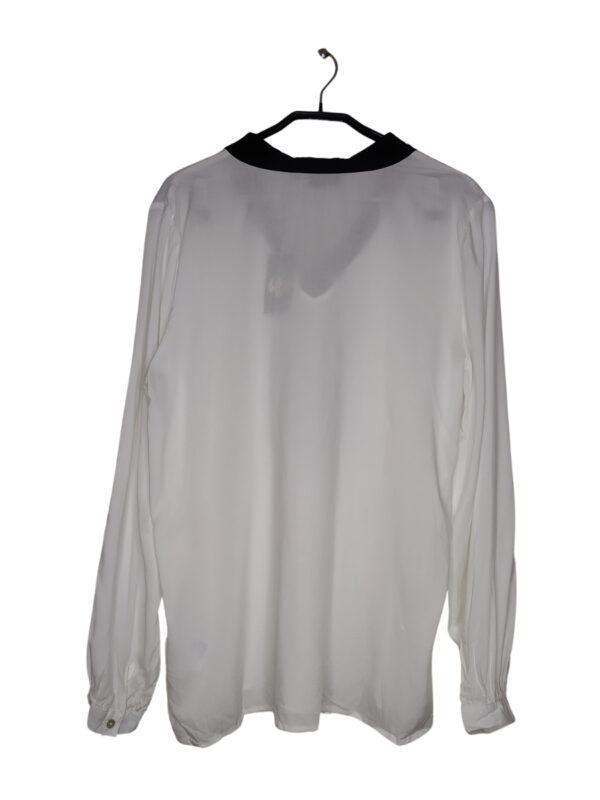Bluza koszulowa z czarnym materiałowym paskiem przy dekolcie. Rękawy zapinane na guziki (dodatkowy guzik przy metce).