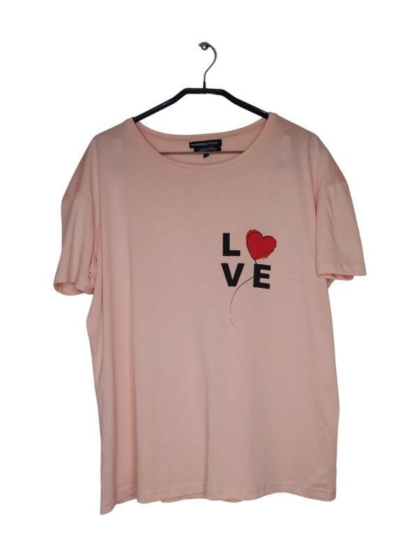 Różowa bluzka z czarnym napisem napisem LOVE.