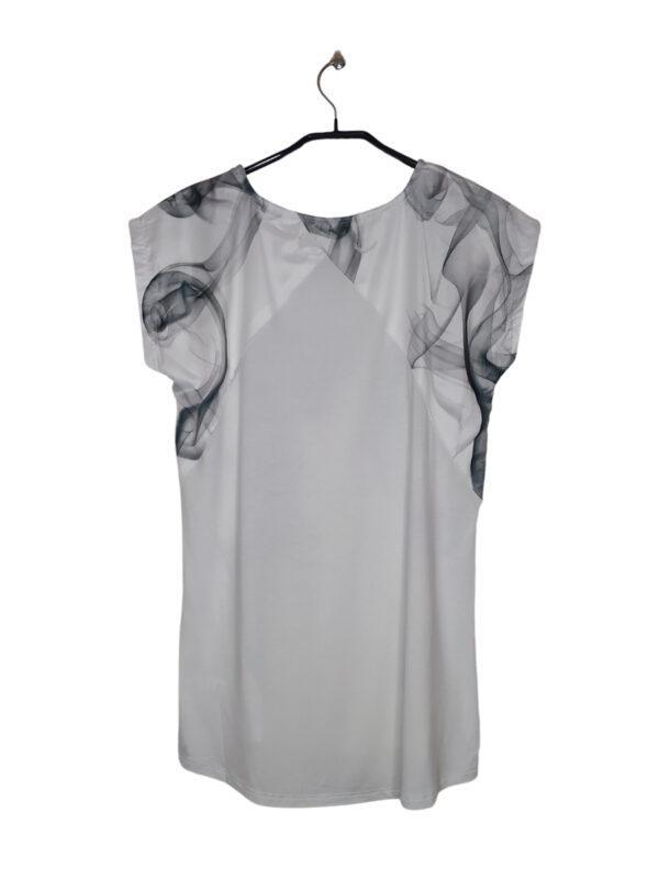 Biała bluzka z szarymi wzorami.