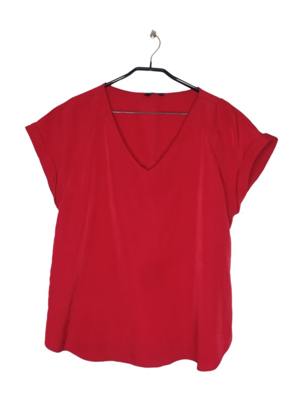 Czerwona bluzka koszulowa z dekoltem w serek.
