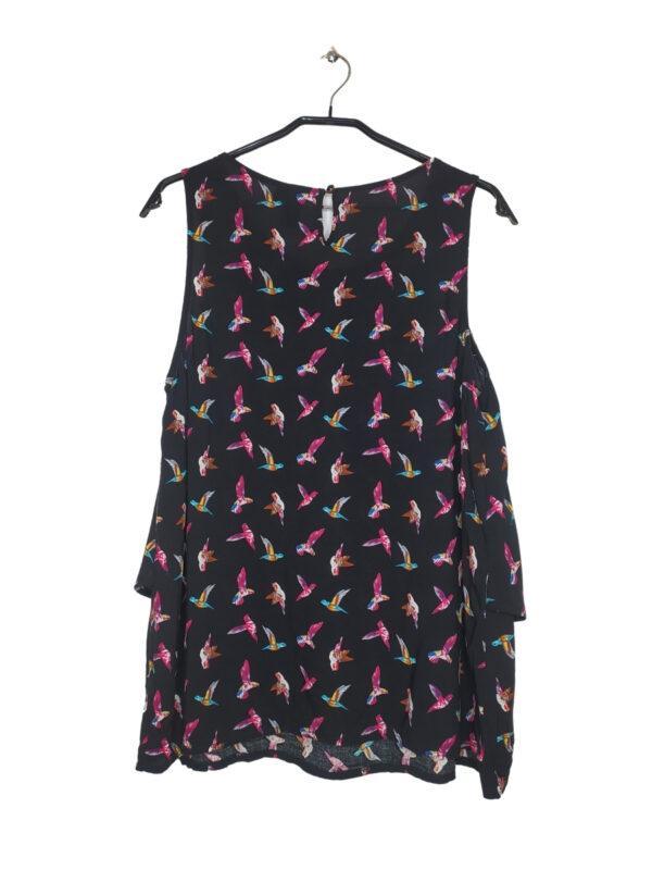 Czarna przewiewna bluzka w kolorowe ptaki.