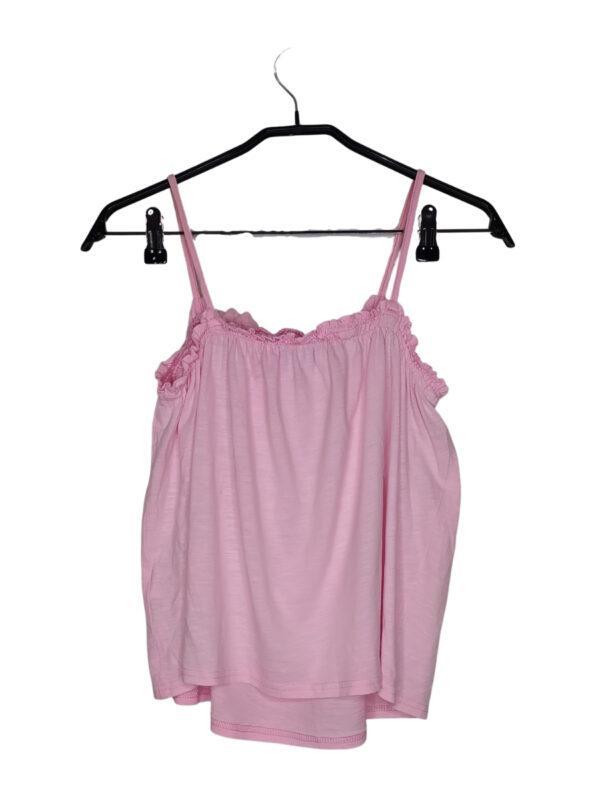 Różowa bluzka na naramkach z falbaną. Z tyłu widoczne plamki od dlugopisu.