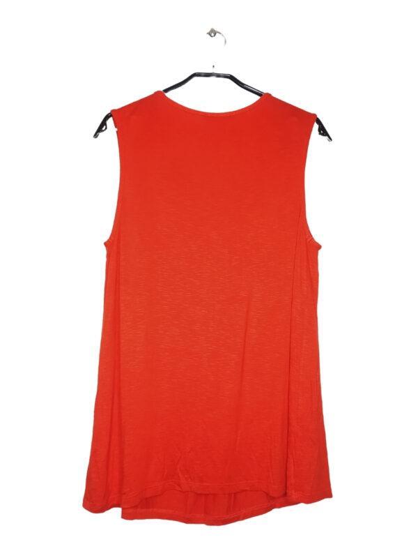 Pomarańczowa bluzka na naramkach z koralikami przy dekolcie. Mała plamka z tyłu, ledwo widoczna.